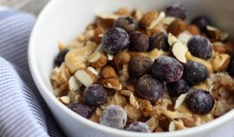 Dinkel-Porridge mit Mandeln, Blaubeeren und Erdnussmus
