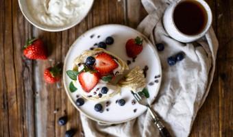 Pfannkuchen ohne Zucker mit Vanillequark und Beeren