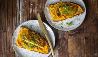 Veganer Brotaufstrich: Landbrot mit Möhren-Ingwer-Aufstrich